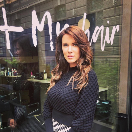 Alvja Hermaņa sieva <strong>Kristīne šķiras</strong> no garajām matu cirtām