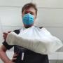 Dīdžejs <strong>Toms Grēviņš salauž roku</strong> un tiek apzagts