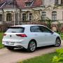 <strong><em>Volkswagen Golf 8</em></strong> pirmais testa brauciens