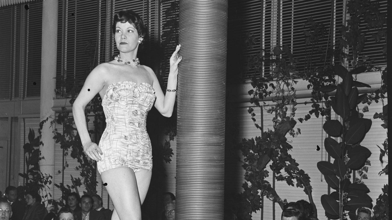 FOTO: <strong>Jaunākā peldsezonas mode 1955. gadā</strong>