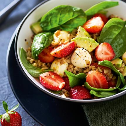 Salāti ar graudaugu maisījumu, spinātiem, zemenēm un avokado