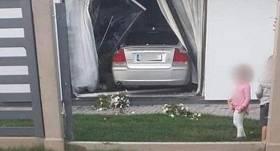 Daugavpilī <strong><em>Volvo</em> izgāž žogu</strong> un iebrauc mājā caur logu