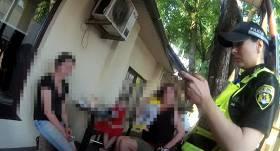 VIDEO: <strong>Rīgā māmiņa klēpī tur zīdaini un malko alkoholiskos dzērienus,</strong> bērnu atdod tēvam