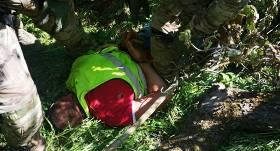 FOTO: Riebiņu novadā pēc ilgstošas vajāšanas <strong>aiztur bruņotu veikala aplaupītāju</strong>
