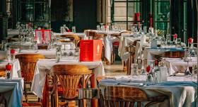 <em>Covid-19</em> uzliesmojuma dēļ <strong>saīsina sabiedriskās ēdināšanas vietu darba laiku</strong>