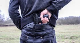 Konflikts uz ceļa: Rīgā vīrietis autovadītājam <strong>pieliek pie kakla <em>Glock 26</em> šaujamieroci un draud nošaut</strong>