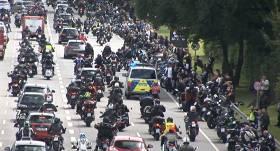 VIDEO: Vācijā motociklisti masveidā protestē pret iespējamo <strong>braukšanas aizliegumu svētdienās</strong>