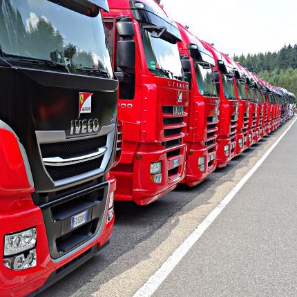 <strong>Apstiprina kravas autotransporta nozares reformu</strong> — šoferiem vairāk laika mājās un labāka atpūta