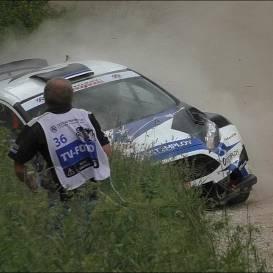VIDEO: Avārijām bagātajā Viru rallijā <strong>ekipāža gandrīz notriec fotogrāfu,</strong> GAZ apmet kūleni
