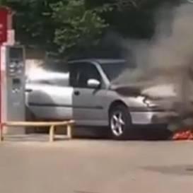 VIDEO: Jūrmalā degvielas uzpildes stacijā <strong>aizdegusies <em>Renault</em> automašīna</strong>
