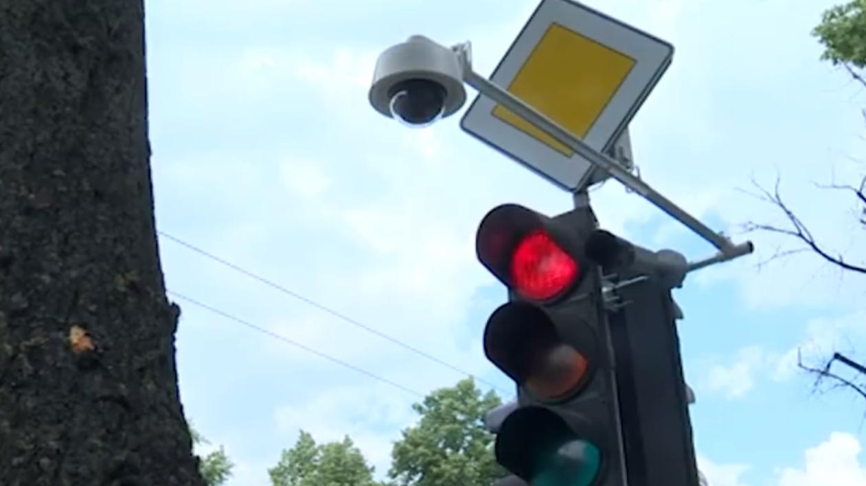VIDEO: Rīgā un Liepājā uzstādīts <strong>sarkanās luksofora gaismas radars</strong>; kontrolē arī sabiedriskā transporta joslas izmantošanu