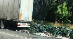 Mežaparkā kravas automašīnai <strong>izbirusi krava ar alus pudelēm</strong>