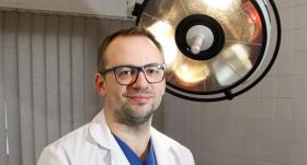 Unikālā operācija — <strong>pirmo reizi Latvijā cilvēkam veido jaunu seju</strong>