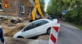 Āgenskalnā remontdarbu <strong>bedrē iekrīt auto</strong>