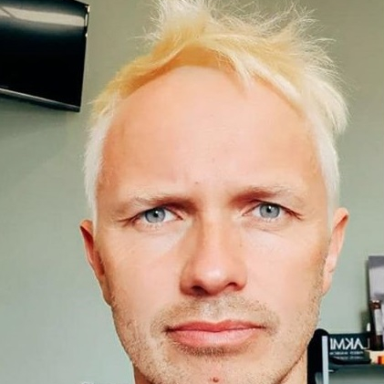Iespaidīgas pārvērtības — <strong>Renārs Kaupers nokrāsojis blondus matus</strong>