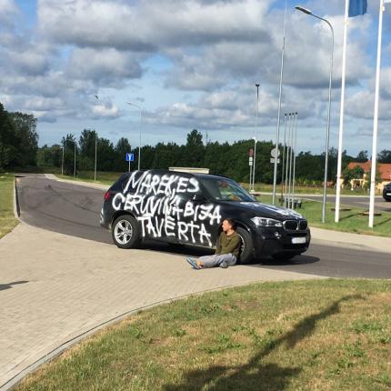 Siguldā BMW nopūsts ar <strong>greizsirdības pilniem un rupjiem uzrakstiem</strong>