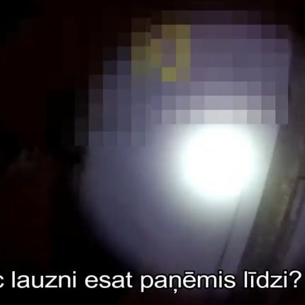 VIDEO: Rīgā likumsargi aiztur kādu <strong>aizdomīgu vīrieti ar lauzni un velosipēdu</strong>