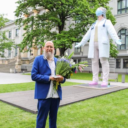 Mediķes skulptūra — <strong>pateicība dakteriem vai sešmetrīga politiskā reklāma?</strong>