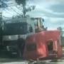 VIDEO: Divu kravas auto sadursme Mālpils novadā — <strong>vienam spēkratam norauta kabīne</strong>