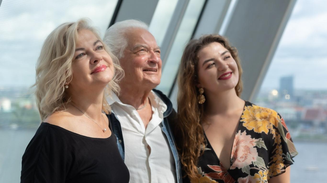 ĢIRTS JAKOVĻEVS kopā ar meitu LIENI JAKOVĻEVU un mazmeitu KATRĪNU PAULU FELSBERGU, filmējoties jubilāram veltītajā Latvijas Tele
