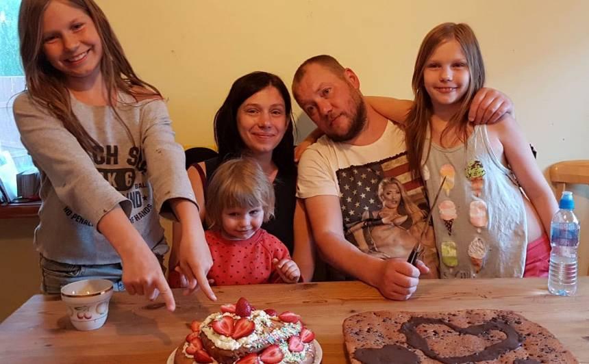 Meitu ceptās kūkas kā dāvana vecākiem kāzu jubilejā.