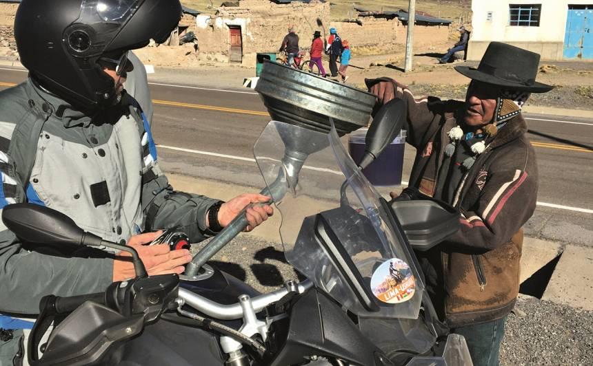 Degvielas uzpildīšana Peru augstkalnu ciematiņā vietējo inku izpildījumā
