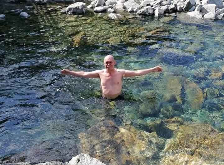 Atvēsinoša pelde Norvēģijas kalnu upē. «Ūdens tur ir ļoti dzidrs. Tāpēc Andris izmantoja iespēju nopeldēties. Mēs spriedām, kā Latvijā lai dabū tik maigu ūdeni. Kad Norvēģijā es izmazgāju matus, tie bez jebkādiem kondicionieriem bija tik maigi kā zīds. Arī sejas krēmu tur nevajadzēja lietot, jo āda bija maiga kā zīdaiņa dupsītis,» smejas Oksana.
