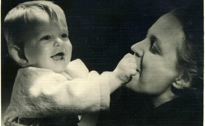 Lilita Bērziņa ar mazdēlu Edgaru. 1957.gads.