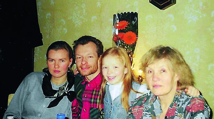 Elza ar ģimeni kādās svinībās 90. gados.