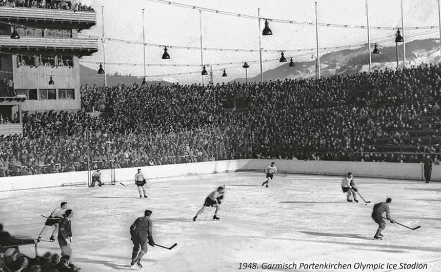 HC Augsburg latvieši (gaišajā formā) uz Garmišas-Partenkirhenes Olimpiskā stadiona ledus. 1947./1948. gada sezonā. Foto: Norīšu ģimenes kolekcijā (autors nezināms)