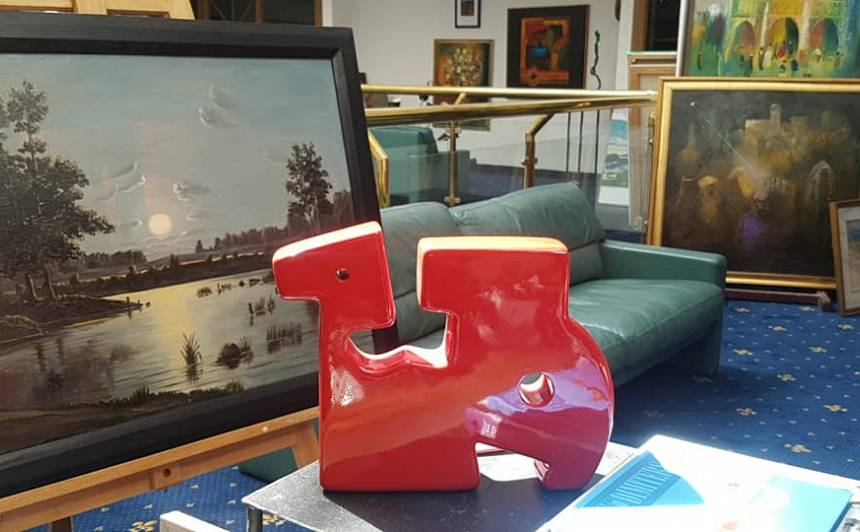 Sarkanais zirdziņš, kā Natālija tagad mīļi sauc neplānoti iegādāto franču mākslinieka darbu, tagad radis vietu uz viņas darba galda, pie kura top Natālijas akvareļi.