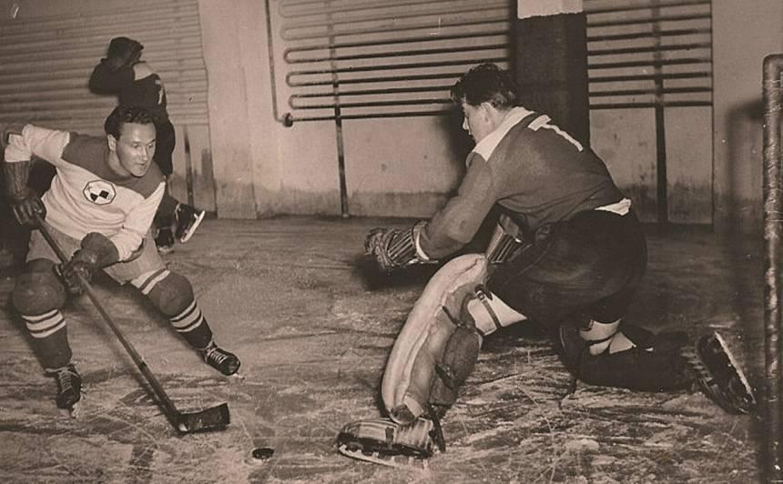 Tobrīd jau Krēfeldes komandā spēlējošais Ēriks Koņeckis (pa labi) darbībā. Neraugoties uz izcilo sniegumu, viņš, tāpat kā citi savulaik Latvijas izlasē spēlējušie hokejisti, Vācijas valstvienības oficiālajās spēlēs nestartēja. Foto: Koņecku ģimenes kolekcijā (autors nezināms)