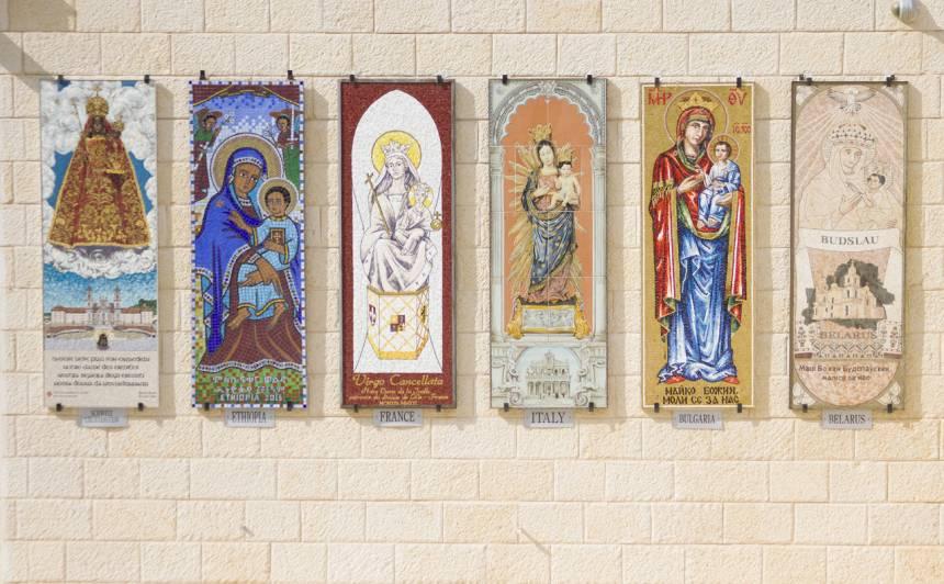 Svētās Marijas no visas pasaules sapulcējušās Nācaretē.