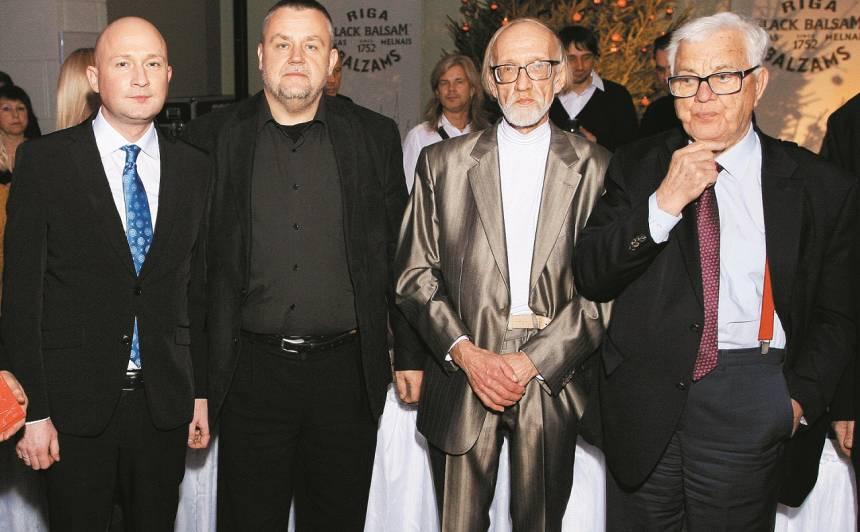 Pavlovska režisēts bija arī dzejnieka Leona Brieža 65. jubilejas koncerts (2014), kas nevarētu notikt bez Raimonda Paula (pa labi) un producenta Jāņa Kļaviņa (pirmais no kreisās).