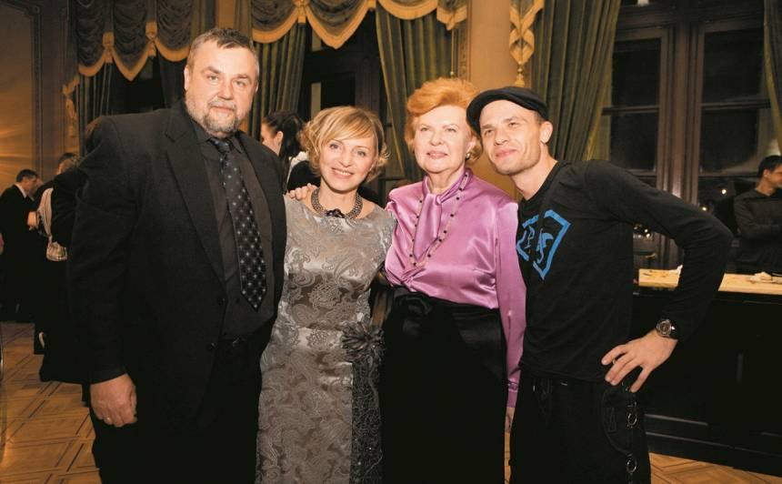 """Sadarbību ar fondu """"Nāc līdzās"""" Valdis uzskata par goda lietu: režisors (no kreisās), """"Nāc līdzās"""" valdes priekšsēdētāja Sarma Freiberga, fonda patronese Vaira Vīķe-Freiberga un dziedātājs Gunārs Kalniņš."""