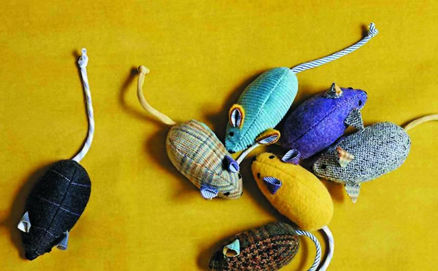 Arī pelēkā filca vietā var izmantot jebkuru stingru audumu, piemēram, mēbeļaudumu, biezu vilnas audumu vai kokvilnas velvetu.