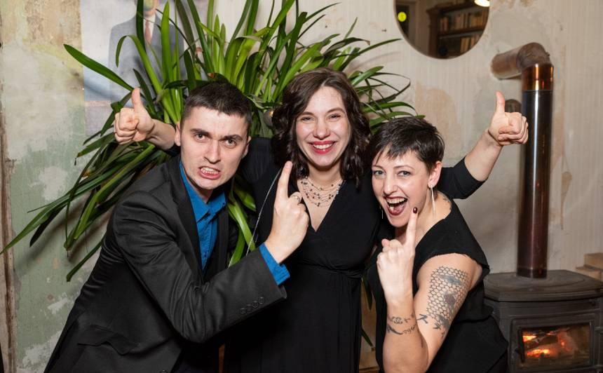 Portāla Santa.lv redaktori. Attēlā no kreisās: Toms Timoško, Sindija Meluškāne un Līga Stirna.