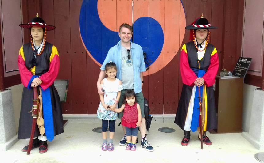 Oļegs ar bērniem pie Suvonas pilsētas Hvasongas pils.