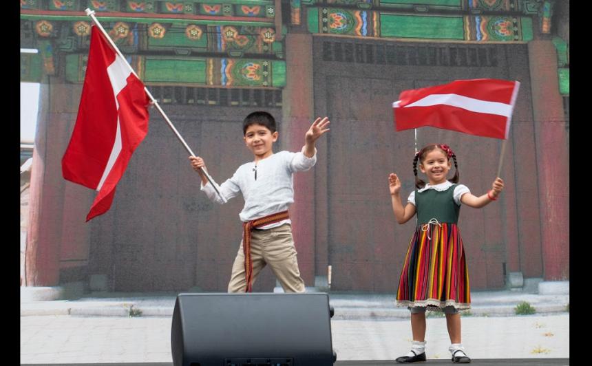 Dienvidkorejā Kriss un Tia pārstāv Latviju skolas festivāla karogu parādē.