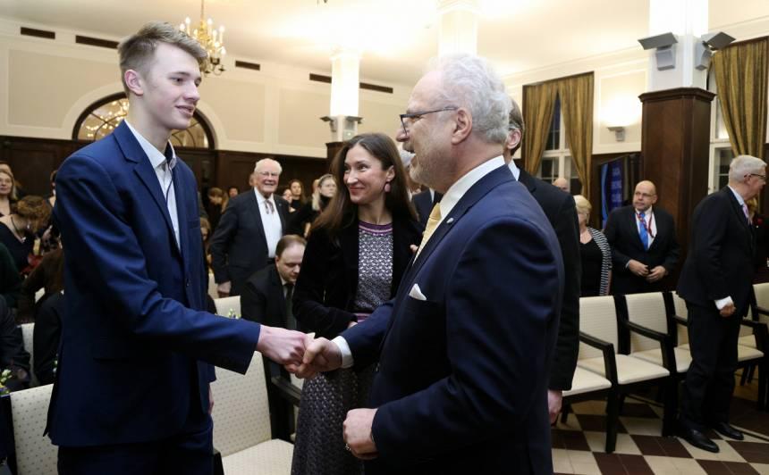 """Filmas """"Dvēseļu putenis"""" galvenās lomas atveidotājs, Eiropas Parlamenta vēstnieku skolas vēstnieks Oto Brantevics (no kreisās) un Valsts prezidents Egils Levits sasveicinās pirms """"Gada Eiropas cilvēks Latvijā"""" apbalvošanas ceremonijas attīstības finanšu institūcijas """"Altum"""" zālē."""