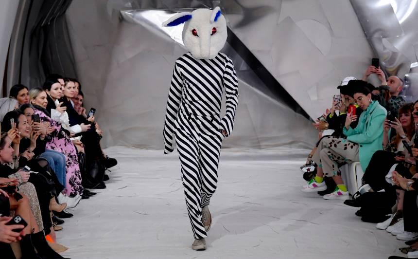 Marni modes skates noslēgumā zīmola kreatīvais direktors Frančesko Rossi uz mēles izgāja ar masku... ar truša masku.