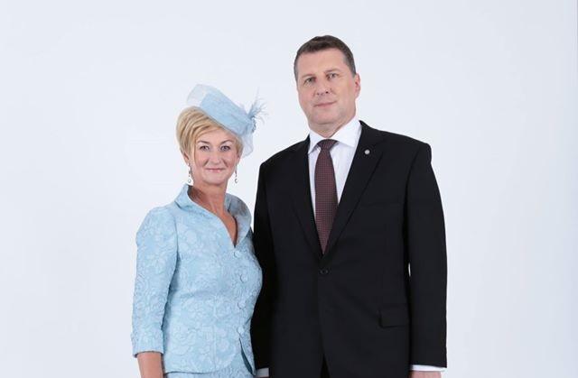 Arī bijušo valsts pirmo lēdiju IVETU VĒJONI Anna Osmuškina mēģināja pieradināt pie elegantā aksesuāra – cepurītes. Tagad esot RAMONAS PETRAVIČAS kārta.