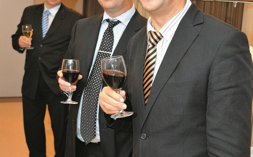 Ar kompanjonu, biznesa partneri brāli Ģirtu.