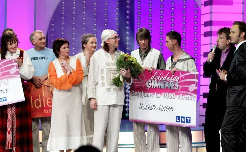 Uškānu ģimene Dziedošo ģimeņu šovā.