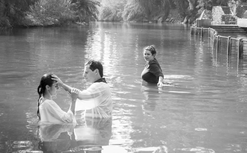 Autores paškristības Jordānas upē. Bez mācītāja un balta krekla, apejot rindu.