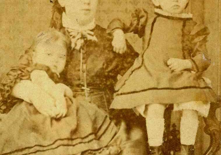 Komponista sieva MARIJA KAROLĪNE ELIZABETE FON VITTE ar meitām ELIZABETI un MARTU 1877. gadā.