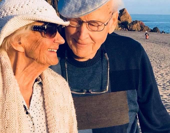Vecāki Malibu Kalifornijā 2018. gadā īsi pirms tēva nāves.