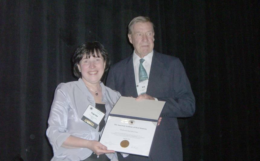Kopā ar profesoru Sigurdu Krollu, 2010. gadā saņemot diplomu un kļūstot par Amerikas Orālās medicīnas asociācijas goda biedri.