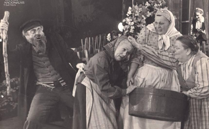 Spožais veceņu trio. No labās: Mirdza Šmithene - Bebene, Emma Ezeriņa - Tumuļmāte, Anta Klints - Pindacīša. Ābrams - Karps Klētnieks. 1955. gada iestudējums