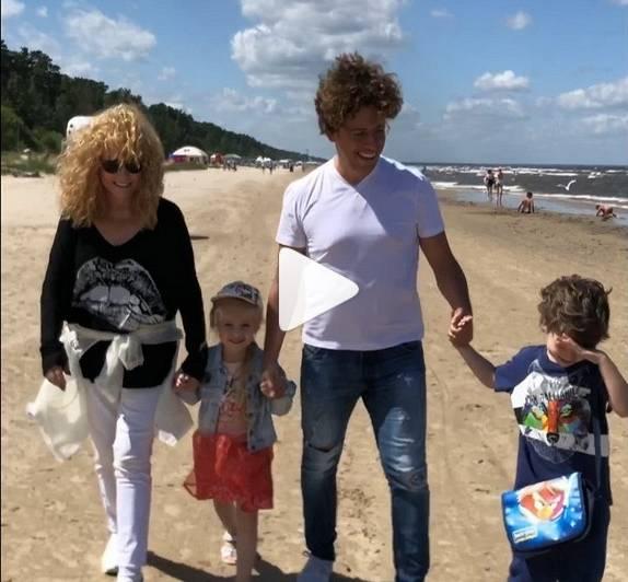 Tikusi līdz Jūrmalai, Pugačovas ģimene devās pastaigāt pie jūras. «Cik labi kopā ar mīļoto vīru un bērniem pastaigāties Jūrmalā!» video sacīja Pugačova